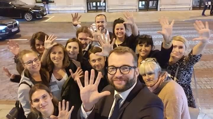 Pod Sejmem poseł Puda wnioskodawca projektu fotografuje się z aktywistami organizacji prozwierzęcych.